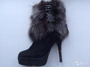 Ботинки из натуральной замши с мехом чернобурки и вышивкой бисером